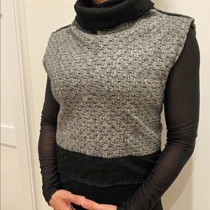 Sleeveless cropped sweater with back tie.